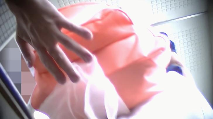 スカートの中検査隊